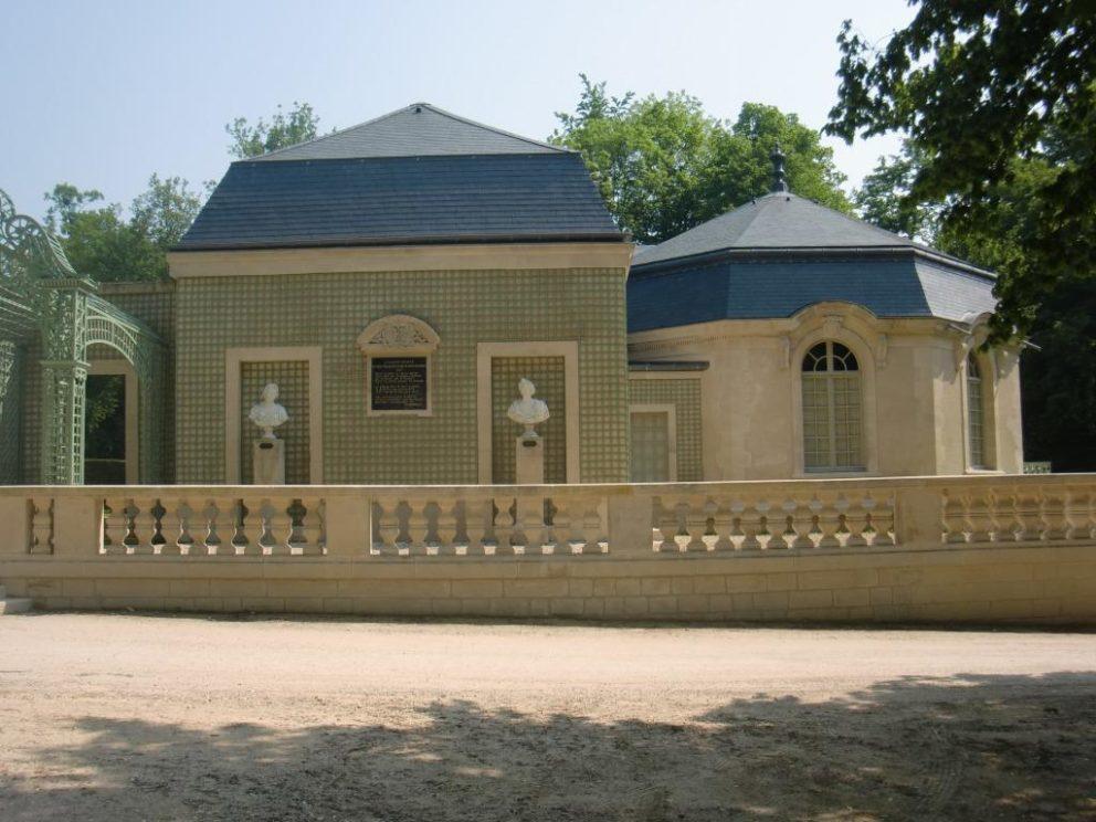 Domaine-de-Chantilly-Maison-de-Sylvie-COANUS-Couverture-ardoise-au-clou-cuivre-restauration-Château-monuments-Historiques-slates-roof-lead-épi-plomb